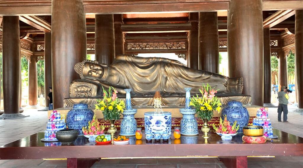 Thắp hương lễ Phật và hai vị hộ pháp tại cổng Tam Quan